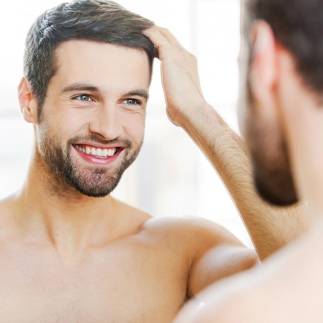 Spiegelbild von einem Mann