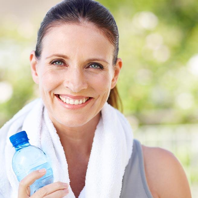 Frau mit Trinkflasche beim Sport